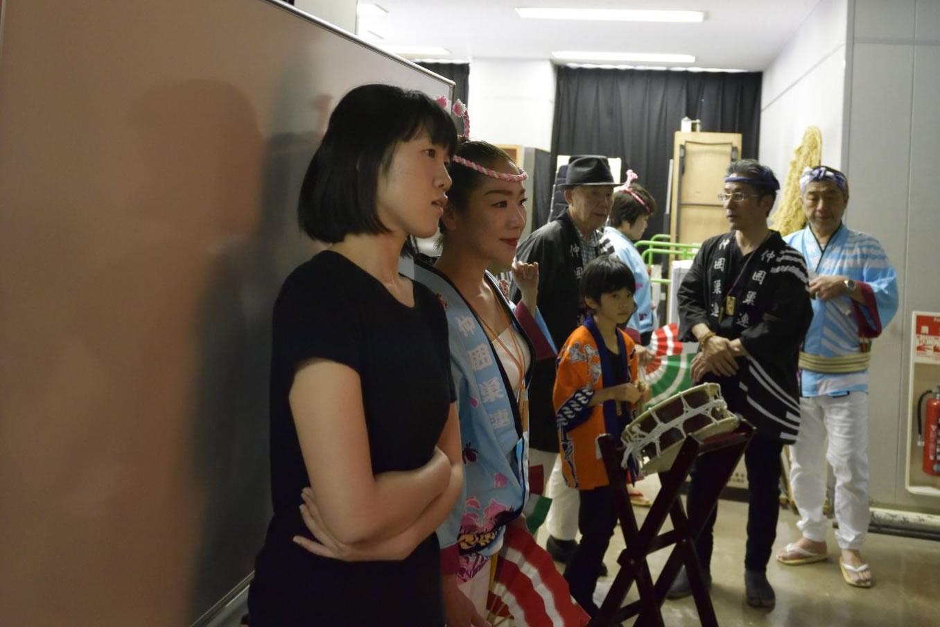 20180617sansukuea42018年・サンスクエア すずめ踊り仲囲巣連 舞台前の緊張感