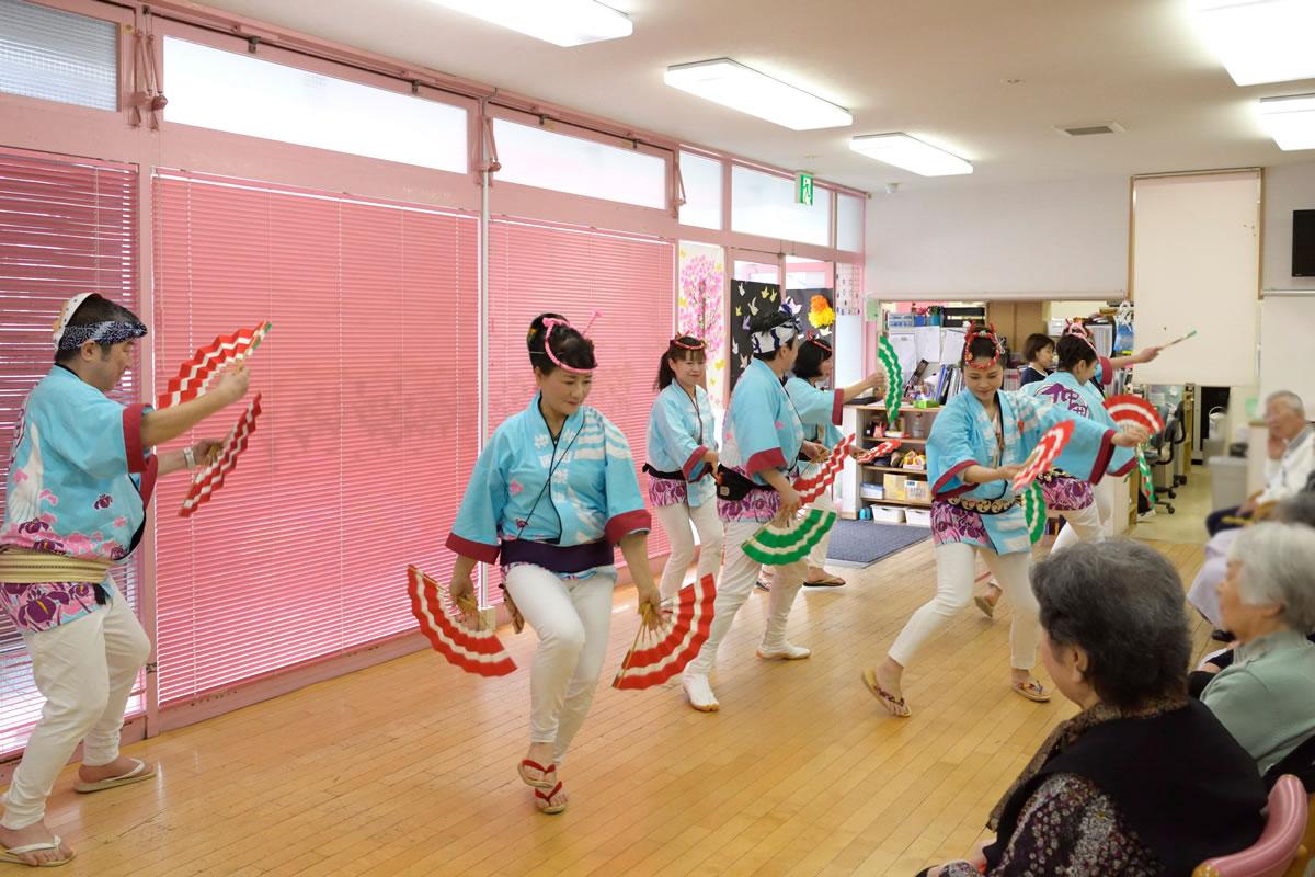 「デイサービスセンター ももの香」にてすずめ踊り演舞1