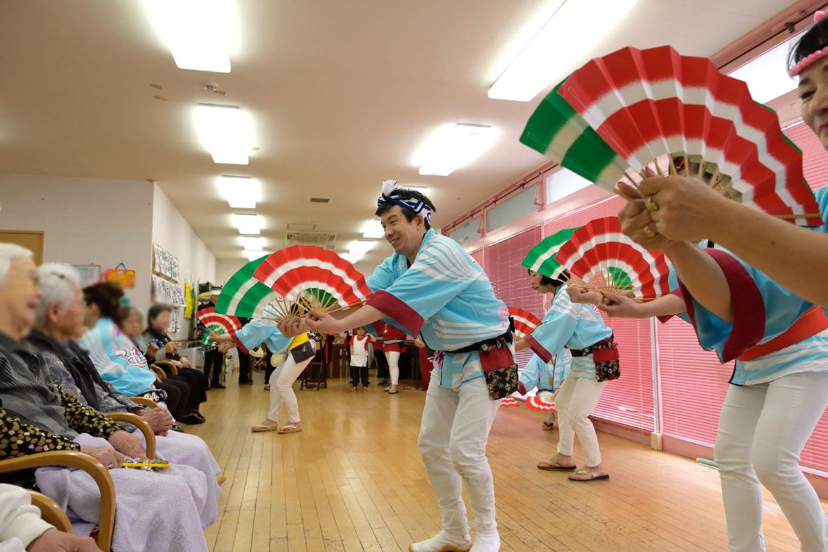 「デイサービスセンター ももの香」にてすずめ踊り演舞2