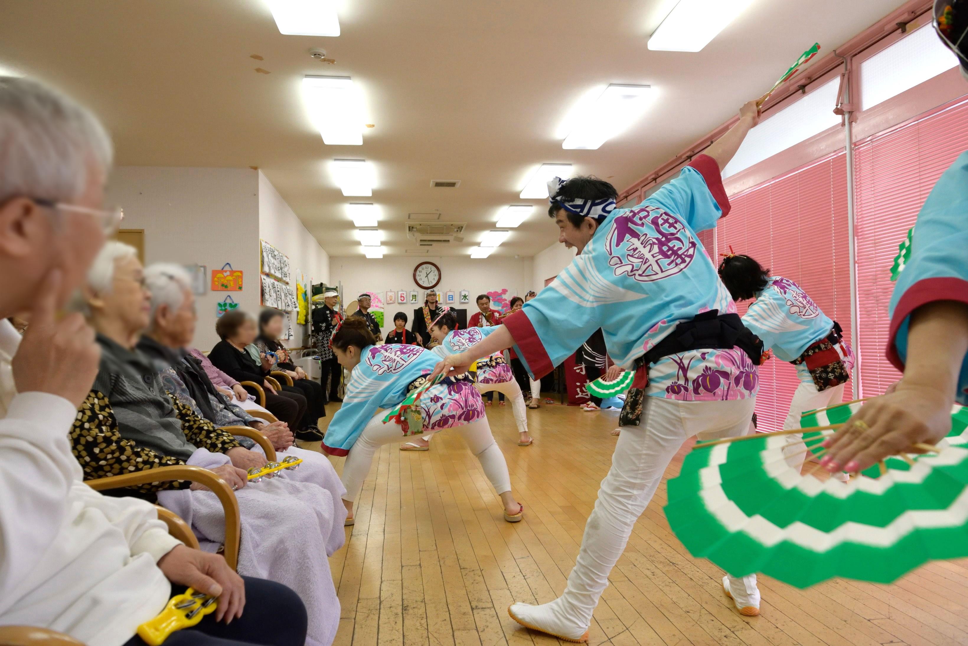 「デイサービスセンター ももの香」にてすずめ踊り演舞6